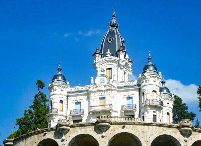Château de la Roche du Roi © Florian Pépellin - licence [CC BY-SA 3.0] from Wikimedia Commons