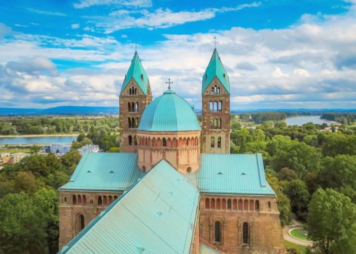 Vue de la tour sud-ouest sur le chevet de la cathédrale © AnRo0002 - licence [CC0] from Wikimedia Commons