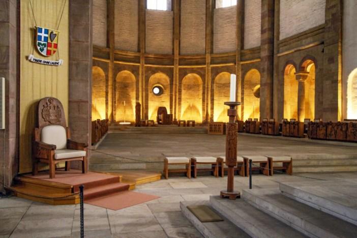 Le chœur et la cathedra de l'évêque de Spire (à gauche) © Gerd Eichmann - licence [CC BY-SA 4.0] from Wikimedia Commons