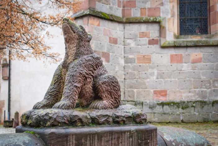 La statue de l'ours d'Andlau, Cours de l'abbaye © French Moments