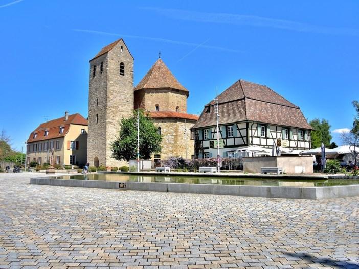 Autour de Mulhouse - Place de l'Abbatiale © Espirat - licence [CC BY-SA 4.0] from Wikimedia Commons
