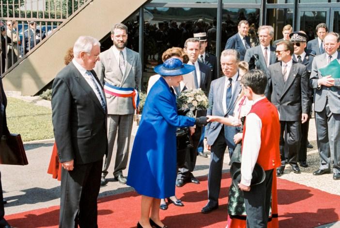 Elizabeth II en France à Strasbourg - Accueil par de jeunes Alsaciens en costume traditionnel © Communautés Européennes 1992 - Source / PE