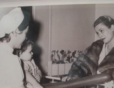 La Principessa Grace in visita al Centro Ospedaliero Princesse Grace di Monaco, in una foto esposta nella mostra