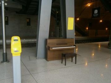 pianoforte con vista sui binari