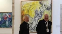 Il Cardinale di Genova e Presidente del Consiglio delle Conferenze Episcopali d'Europa, Angelo Bagnasco, con l'Arcivescovo di Monaco Bernard Barsi nel 2016 al Museo nazionale messaggio biblico di Marc Chagall di Nizza.