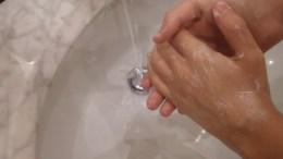 Epidemia influenzale 2017-2018, tra le norme raccomandate per limitare la diffusione il lavaggio delle mani con acqua e sapone