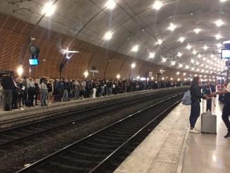 Coda al binario nella stazione di Monaco al termine dell'orario di lavoro