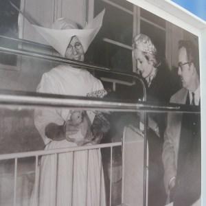 I Principi Ranieri e Grace di Monaco in una delle 31 fotografie d'epoca che ripercorrono la storia del Centro Ospedaliero Princesse Grace esposte a luglio del 2017 all'esterno dell'ospedale monegasco