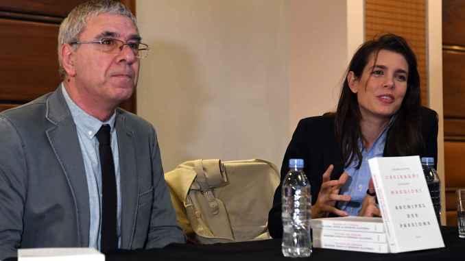 Charlotte Casiraghi con Robert Maggiori durante la presentazione a Monaco il mese scorso del libro Archipel des Passions Ft©Dir. Comm. Manuel Vitali