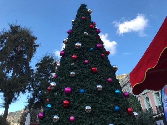 Feste Natalizie a Monte Carlo tra Mongolfiere e Alberi di Natale Griffati