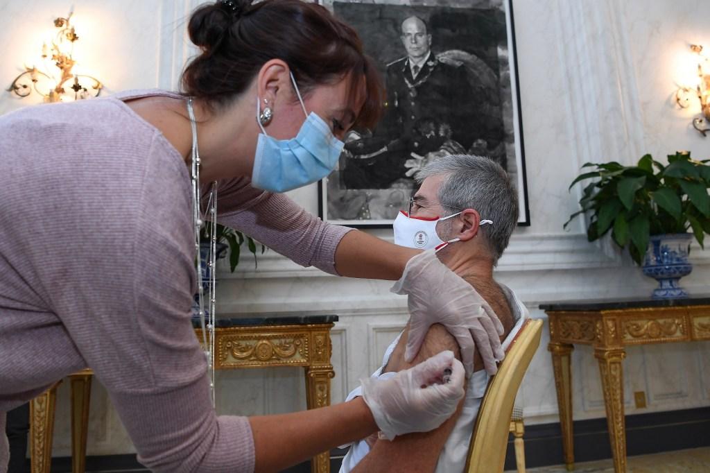 Il Ministro dell'Interno Patrice Cellario durante la vaccinazione contro l'influenza; Ft©Dir.Comm/Manuel Vitali
