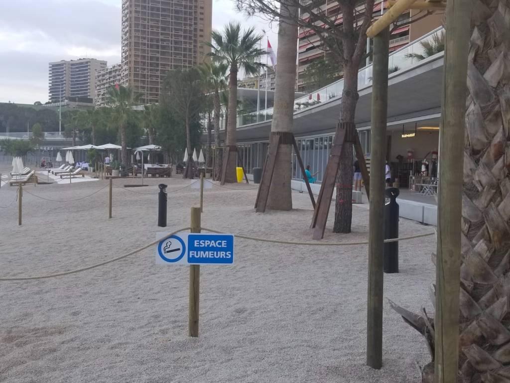 """Lo spazio """"non fumatori"""" nella spiaggia del Larvotto"""