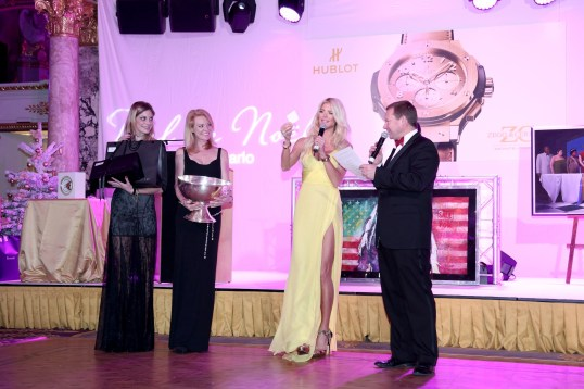 Victoria Silvstedt conducting the charity raffle
