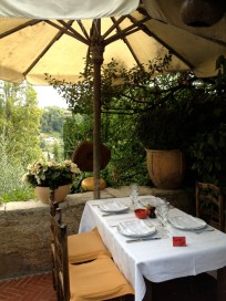 Table for 4 on the border under the parasol @CelinaLafluenteDeLavotha