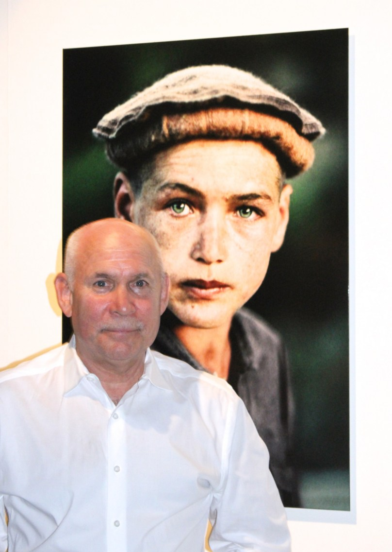 Steve McCurry with one of his photos in the background @CelinaLafuenteDeLavotha
