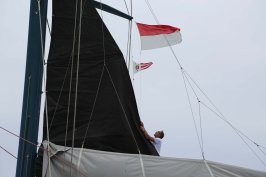 Mike Horn aboard Pangaea flying the Monegasque flag and the YCM's pavillion @Franck Solimeïs