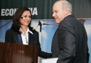 Mona Dorf introduz no palco do Seminário Brasileiros o Ministro Mantega
