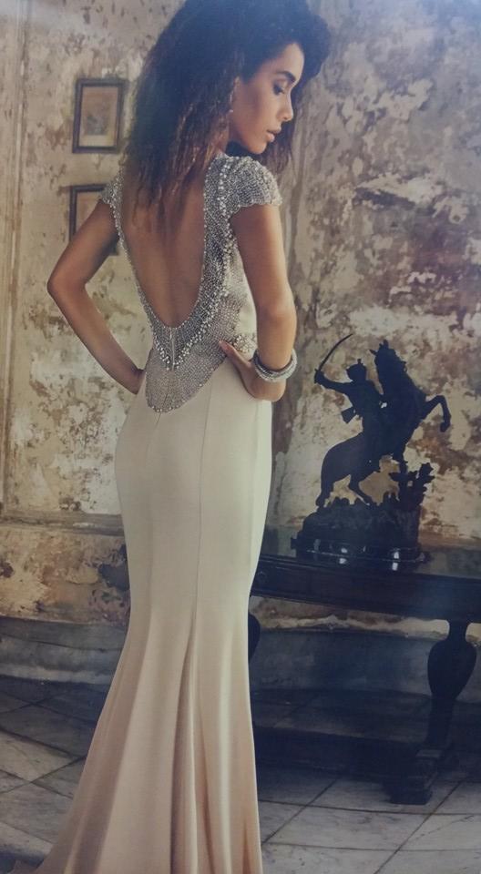 robe libanaise blanche dos nu
