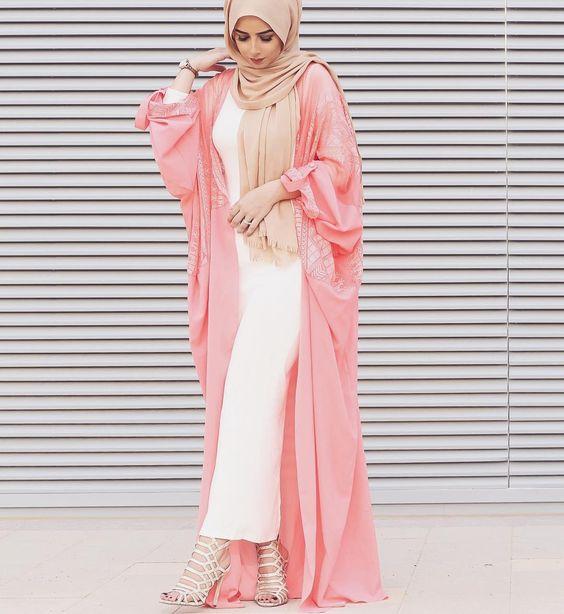 Robe dubai rose et blanche avec capuche. Louer et acheter une robe de soirée Dubai sur Paris.