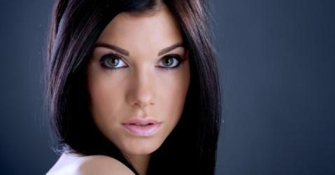 quelle robe de soirée orientale, dubai, libanaise pour une brune (cheveux foncée) à peau claire ou blanche ?