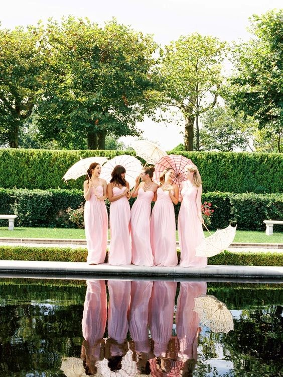 Demoiselles d'honneur avec ombrelles