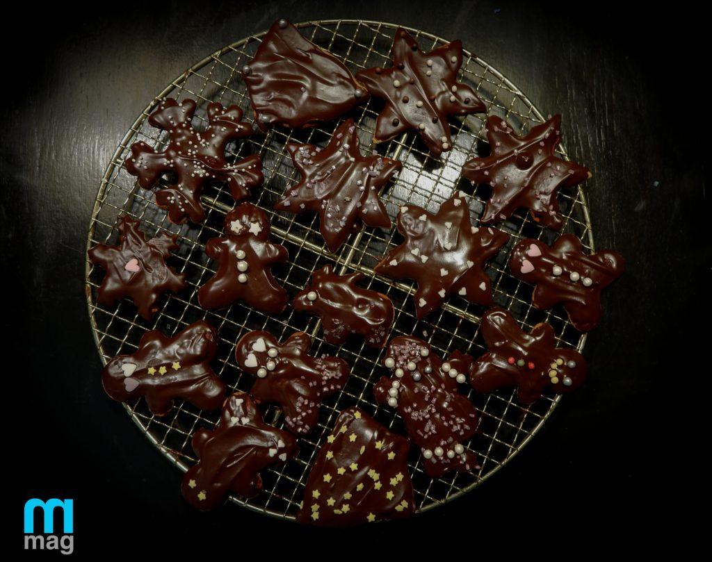 pierniczki pokryte czekoladą i ozdobione