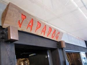 Une photo de l'enseigne du restaurant Japadog