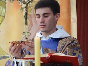 Monje celebrando misa