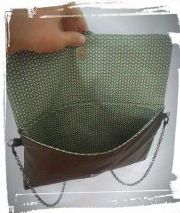Pochette en cuir terminée ouverte pour voir la doublure en cotton