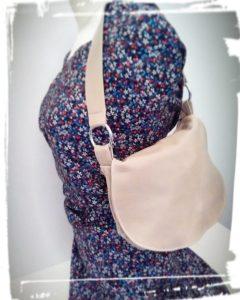 Résultat final de la réalisation sac besace en cuir porté épaule patron hand made cousu main monblabladefille.com