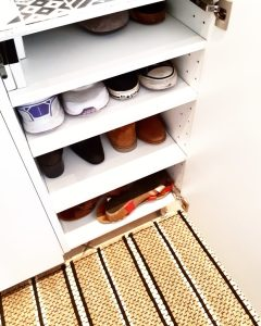 Meuble à chaussures à partir de meubles de cuisine IKEA customisés avec des carrelages carreaux de ciment monblabladefille.com