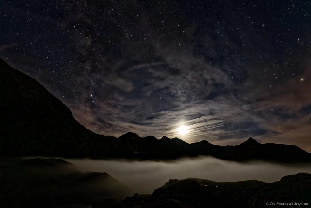 Coucher de Lune sur la mer de nuages