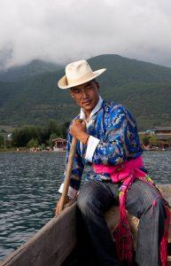 Sociétés matriarcales : un homme Na Hsi, Le terme « Moso » désignait anciennement tous les Naxi ; il est maintenant repris par un sous-groupe, essentiellement les habitants de Yongning et des bords du lac Lugu, qui souhaitent souligner les différences entre eux et les Naxi, désormais patriarcaux.