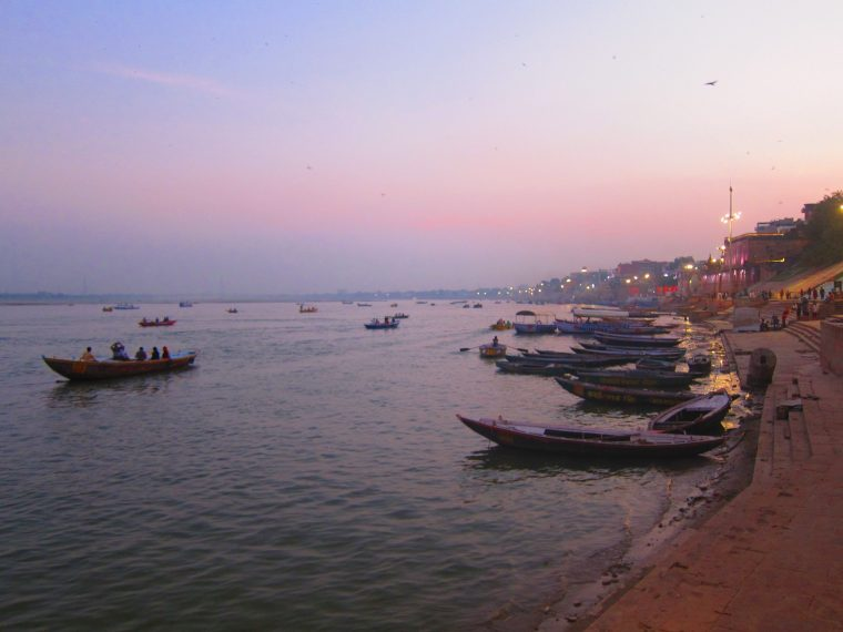 Photo de varanasi de nuit le long du Gange