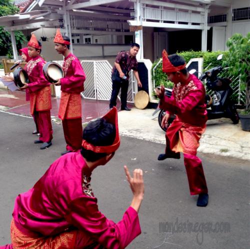 musik rebana terbangan dan tarian rudat Palembang mengiringi pengantin