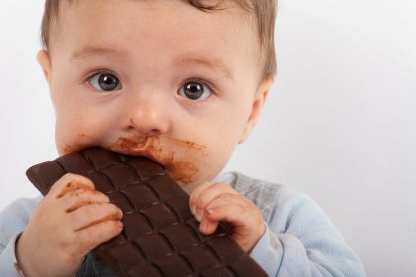 الشوكولاتة وأضرارها على الطفل الرضيع