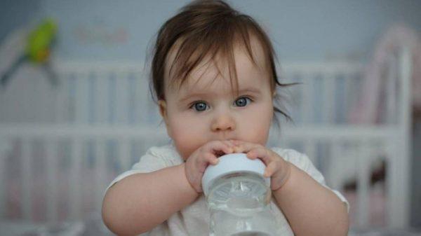 أهمية الماء واللبن للطفل