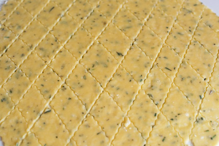 Parmesan-Rosemary-Crackers-4
