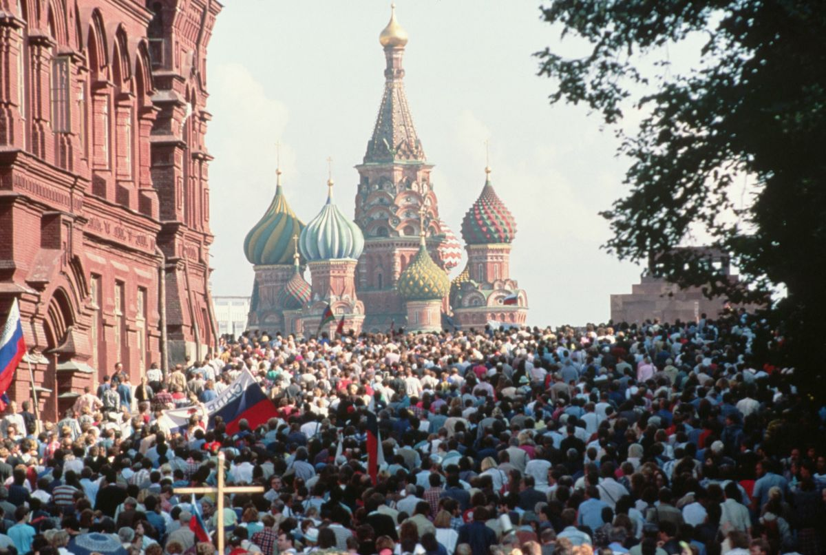 Crowds gather in Red Square to celebrate the failure of the attempted coup.