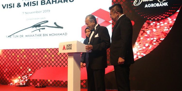 YAB Tun Dr. Mahathir bin Mohamad, Prime Minister (middle) launched Agrobank's new vision and mission in conjunction with the Bank's 50th Golden Jubilee Celebration. Witnessing the event was YB Datuk Seri Salahuddin Ayub, Minister of Agriculture & Agro-Based Industry (right) and Pn. Khadijah Iskandar, Covering Duties President/ Chief Executive Officer of Agrobank (left).