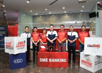 Victor Lee Meng Teck, CEO, Group Commercial Banking, CIMB Group (3rd right) and Leong Weng Choong, Chief Business Officer, Credit Guarantee Corporation Malaysia Berhad (CGC) (4th right) with (L-R) Wong Keet Loong, SVP, Marketing & Sales, CGC; Ahmad Shazli Kamarulzaman, Deputy CEO, Group Commercial Banking, CIMB Group; Rohani Mustaffa, Head of Consumer Sales & Distribution, CIMB Bank; Abdul Rahim Raduan, Chief Corporate Officer, CGC and Hussam Sultan, Regional Head, Commercial Banking & Transaction Banking, CIMB Islamic Bank to commemorate CIMB's commitment to allocate RM50 million for micro SMEs via CGC's imSME platform.