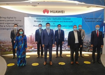 (First row, L-R) Dato Suriani, KSU KKMM, Michael Yuan, CEO of Huawei Malaysia, YB Dato Saifuddin Abdullah, Minister of KKMM and Al-Ishsal Ishak, MCMC chairman. (Second row, L-R) Zac Chow Chii En Vice President Carrier Network Business Group (CNBG), Huawei Malaysia, David Li Da Wei, Vice President Enterprise Business Group (EBG), Huawei Malaysia, Lim Chee Siong. Vice President Huawei Cloud, Asia Pacific Region and  Liu He, Country Director of Consumer Business Group (CBG), Huawei Malaysia.
