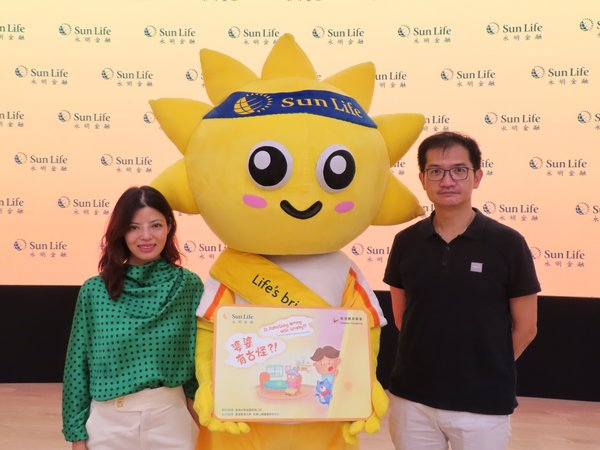 With the launch of Is Something Wrong with Granny?!, a children's picture book, Diabetes Hongkong and Sun Life Hong Kong aspire to promote diabetes prevention and healthy lifestyle in Hong Kong. (Left: Haymans Fung, Chief Marketing and Digital Officer of Sun Life Hong Kong Limited; Right: Dr. Woo Yu-Cho, President of Diabetes Hongkong)