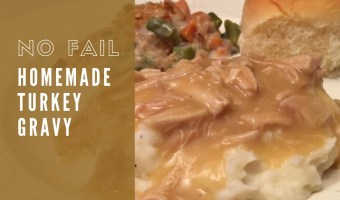 No Fail Homemade Turkey Gravy. Do you have trouble making gravy that isn't lumpy and that actually tastes good? You will want to try this! #turkey #gravy #thanksgivingtable #thanksgivingrecipe
