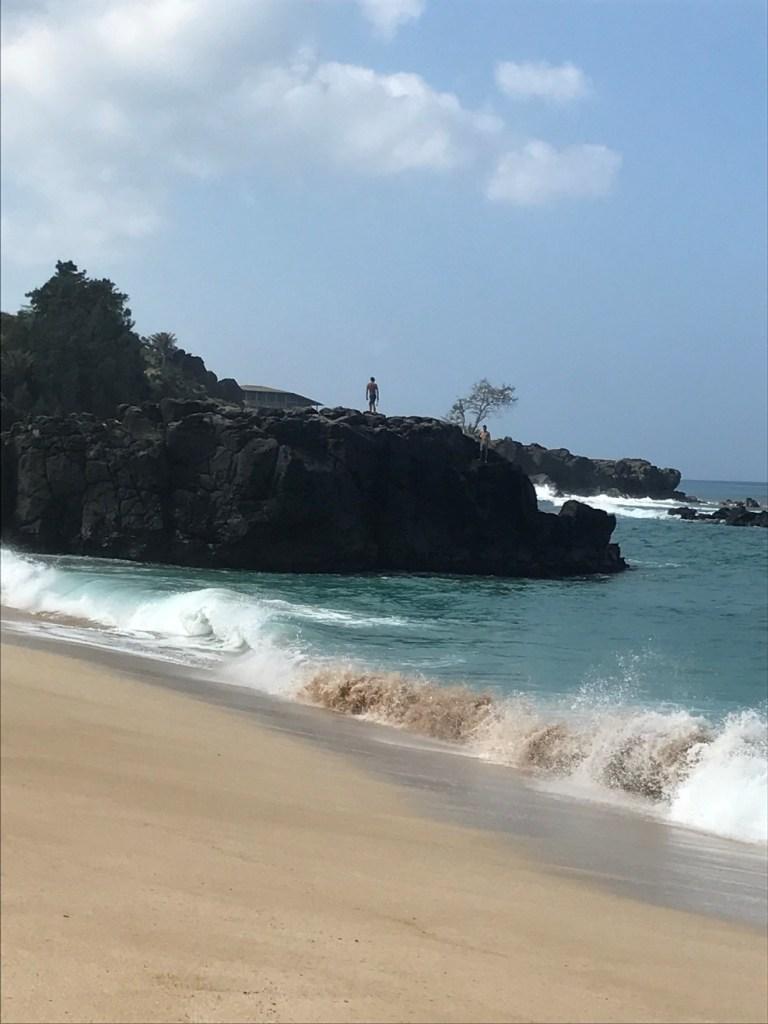 Planning a trip to Hawaii? Here are som of the Best Beaches in Oahu, Hawaii! #Hawaii #Oahu #hawaiibeaches #oahubeaches #Hawaiianvacation #beachvacation #Waimea #WaimeaBay #WaimeaBayRock #cliffjumping #waimeabeach