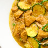 Veal stew with zucchini, peas and saffron