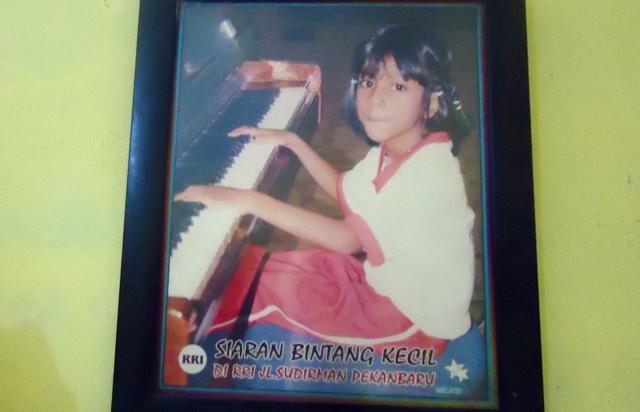 Foto Hanum Angriawati, di dinding rumahnya. Dia meninggal dunia karena gagal pernafasan. Foto: Made Ali