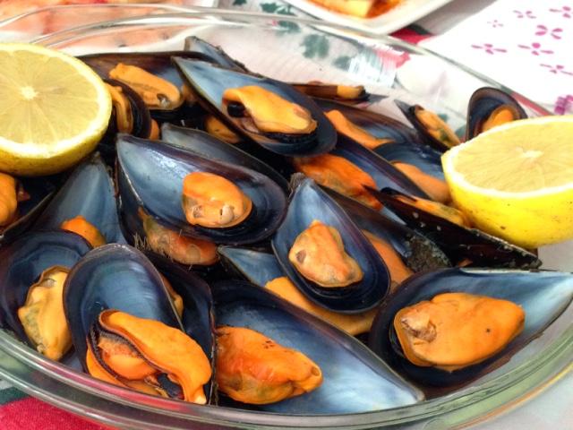 スペインのクリスマスの食事のムール貝