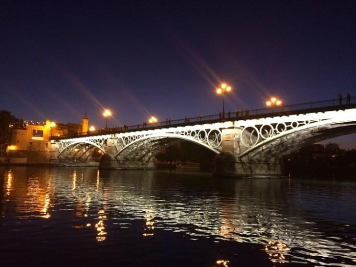 セビリアのイサベルII世橋の夕暮れから夜