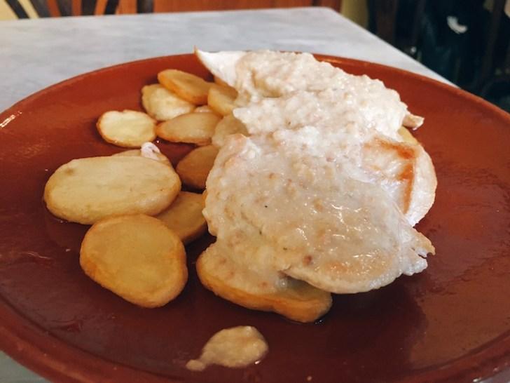 セビリアのバル『コロニアレス』のアーモンドソースの鶏胸肉